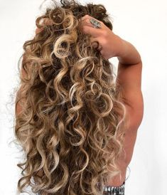 That CURL HAIR life! Yes yes, I know I'm obsessed. This is my curly hair ba… That CURL HAIR life! Yes yes, I know I'm obsessed. This is my curly hair balayage technique, CURL GRAB, Check out my video below ⬇️… Dyed Curly Hair, Brown Curly Hair, Colored Curly Hair, Blonde Curly Hair Natural, Curly Balayage Hair, Balayage Brunette, Curly Hair Buns, Long Curled Hair, Naturally Curly Hair
