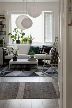 Olohuone, jossa on hyödynnetty kivasti erilaisia muotoja ja kuvioita. Living Room Designs, Living Room Decor, Living Spaces, Dining Room, Room Interior, Interior Design, Condo Decorating, Living Room Inspiration, Home Crafts