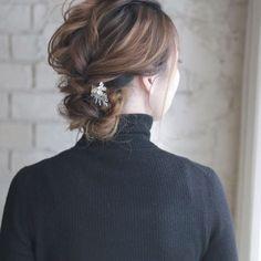 ʚ♥︎ɞ ①トップの髪をまとめてほぐします。 ②サイドの髪をそれぞれねじり、①と一緒にくくります。 ③襟足の髪も同様にねじってくくります。 ④残った毛先を三つ編みにしてピンで留めたら完成です。 これなら崩れる心配もしなくていい♡ Permed Hairstyles, Cute Hairstyles, Hair Arrange, Hair Comb, Hair Designs, Updos, Hair Inspiration, Your Hair, Hair Makeup