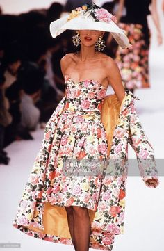 A model walks the runway at the Yves Saint Laurent Ready to Wear Spring/Summer 1991 fashion show during the Paris Fashion Week in October, 1990 in Paris, France. 80s And 90s Fashion, Retro Fashion, Runway Fashion, High Fashion, Fashion Show, Vintage Fashion, Fashion Design, Ysl, Yves Saint Laurent Paris