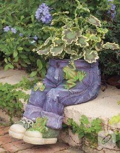 Résultat d'images pour blue jean planters Forest Garden, Lawn And Garden, Garden Crafts, Garden Projects, Cement Flower Pots, Unique Flowers, Garden Planters, Yard Art, Bohemian Decor