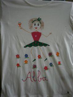 Camiseta muñeca palitos V. 12€. Si quieres cambiar algún detalle o añadir detalles nuevos, escríbenos a nohay2iguales@nohay2iguales.com y lo vemos.