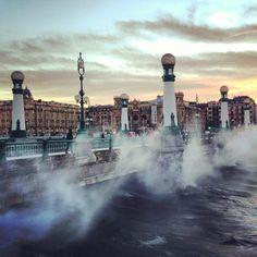 """#SanSebastian #Donostia #Spain """"Las olas intentando salirse del mar en el Puente más bonito de Donosticity""""  Foto enviada por: Su Gomez Merino  Lugar: Puente del Kursaal  Fecha: Enero 2013"""