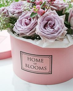 Von den Instagram Feeds unserer Lieblingsblogger kennen wir sie bereits – die wunderschönen, pastellfarbenen Boxen, die meist mit üppigen Rosen gefüllt sind. Es gibt sie in verschiedenen Farben und Formen und wir zeigen Euch in unserem DIY, wie Ihr ganz leicht Eure eigene schöne Blumenbox basteln könnt. Flower Boxes, Diy Flowers, Box Roses, Gift Bouquet, Luxury Candles, Diy Presents, Make A Gift, Diy Box, Diy Dress