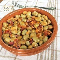 Estas habas guisadas se preparan con un sabroso sofrito de verduras y unas buenas chacinas a tu gusto. La elaboración es muy sencilla y tradicional.