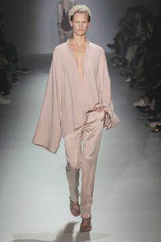Haider Ackermann - Längst nicht mehr exotisch, sondern fester Bestandteil der High Fashion ist der Kimono. Was die japanische Oberbekleidung auch im Frühling und Sommer mit ihrem Herkunftsland eint, sind naturnahe Muster. flair zeigt Ihnen die schönsten Kimono-Styles.
