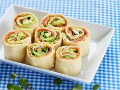 Lohi-avokadorieskat ovat helppoa ja raikasta tarjottavaa kevään juhlissa, illanistujaisissa ja vaikkapa piknikilläkin.