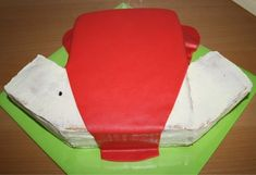 How To T-shirt taart 3D/voetbalshirt 3D (Pagina 1) - Sjablonen, Patronen & Howto's - DeLeuksteTaarten.nl Forum Football Birthday Cake, Birthday Cakes, Soccer Cake, Shirt Cake, Football Shirts, Cake Ideas, Food And Drink, Baking, Om
