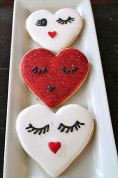 Flirty heart cookie at www.milgrageas.blogspot.com-Eyes cookies, lashes cookies, Valentine's day cookie ideas.