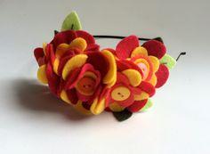 """Tiara de metal decorada com """"bouquet"""" de flores e folhas de feltro e botões. <br> <br>medida aproximada do arranjo: 14cm x 7cm <br> <br>este modelo também pode ser confeccionada em faixa elástica ou tiara encapada, sob encomenda - 5 dias"""