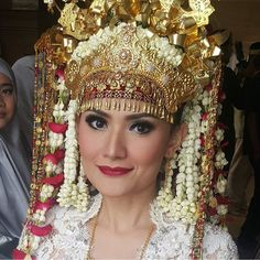 """""""Pretty Palembang bride beaming with happiness on her wedding day; the distinctive red lips is our favorite. Top off with that stunning Mahkota Aesan Gede,…"""""""