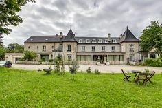 Manoir XVIIIè à 30 minutes de Roissy, bâti sur 2300 m2, rénové entièrement, divisé en 8 appartements.  #manoirXVIIIè  #maisonXVIIIè
