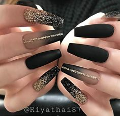 Elegant Rhinestones Coffin Nails Designs We have collected 130 + elegant Rhinestones coffin nails for you. Enjoy these beautiful nail art and welcome your Inspiration erupted! Black Coffin Nails, Black Acrylic Nails, Best Acrylic Nails, Black Glitter Nails, Black Ombre Nails, Black Manicure, Matte Nail Art, Matte Black Nails, Chrome Nails