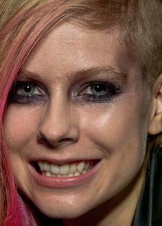 Avril Lavigne without retouching. #Photoshop