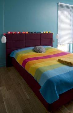 wandfarbe schlafzimmer blau tagesdecke regenbogen