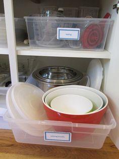 Pegue seu armário mais bagunçado da cozinha, e use potes de plástico baratos como imitação de gavetas de puxar.