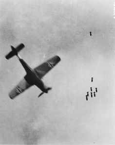 German fighter Focke-Wulf Fw 190 flying at the falling bombs from an American bomber Ww2 Aircraft, Fighter Aircraft, Military Aircraft, Luftwaffe, Focke Wulf 190, Air Fighter, Ww2 Planes, Battle Of Britain, Jets