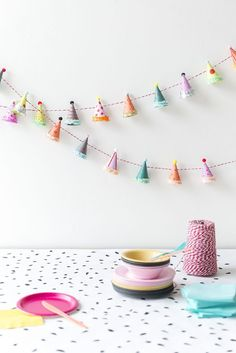 Party Hat Garland diy garland crafts craft ideas diy crafts do it yourself diy projects crafty party crafts do it yourself crafts party diy crafts Diy Party Garland, Craft Party, Diy Party Hats, Paper Party Decorations, Diy Party Dekoration, Party Girlande, Festa Party, Elmo Party, Mickey Party