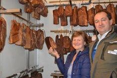 Direktvermarktung ist für Rosi und Alois Schreiner eine Chance, ihren Betrieb im Vollerwerb zu führen. Mit Speck hat alles begonnen. Sausage, Meat, Food, Beef, Meal, Sausages, Essen, Hoods, Meals