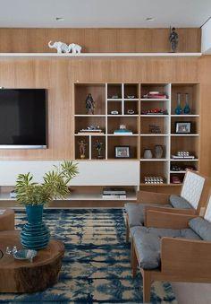 Nichos para sala de TV com painel de madeira