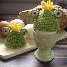 "Eierwärmer ""Froschkönig"" Crochet Egg Cozy, Crochet Dishcloths, Crochet Hats, Spa Outfit, Egg Cups, Cute Dolls, Happy Easter, Marshmallow, Minions"