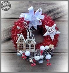 So cute and simple to make. Felt Christmas Decorations, Xmas Wreaths, Xmas Ornaments, Christmas Mood, Christmas Makes, Wreath Crafts, Holiday Crafts, Christmas Drawing, Christmas Templates