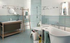 blaue weiße Badfliesen freistehende Badewanne Holz