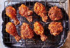 Rántott csirke, de nagyon másképp. Őrülten fűszeres, csípős cucc, ami kívül ropog belül pedig hihetetlenül szaftos marad. Levesz a lábadról!