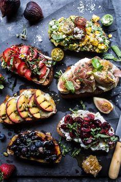 Verschieden belegte, bunte Sommer Crostini mit Erdbeeren und Käse, Prosciutto und Feigen, Heidelbeeren und Honig, sowie Kirschen und Käse - tolle Kombinationen. Diese fruchtig-würzigen Brötchen sind eine tolle Idee für Deine nächste Sommerparty. Ausgewählte Produkte für Deine Lieblingsbrote findest Du online in unserem Shop: https://gegessenwirdimmer.de/