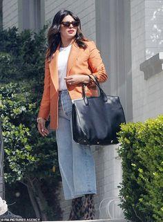 Priyanka Chopra dons orange blazer as she embraces gal pal Mindy Kaling while hanging out in NYC High Street Fashion, Street Style Shop, Priyanka Chopra, Lässigen Jeans, Orange Blazer, Mindy Kaling, Influencer, Gal Pal, Destroyed Jeans
