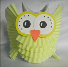 Búho divertido con papel de magdalenas - http://www.manualidadeson.com/buho-divertido-con-papel-de-magdalenas.html