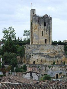 """Chateau Saint Emilion, Gironde, Saint Emilion est connu pour son vin. Mais pour qu""""il y ait un château St Emilion, il faut une véritable construction. Le donjon roman est d'une incroyable force, d'une grande rusticité et surtout... il se visite."""