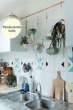 cozinha com plantas penduradas acima da pia