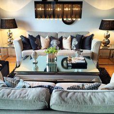 """#Repost av @vbs73   """"Da var bordet på plass #classicliving""""  #interiør #glam #salongbord  #interior #interiordesign #vakrehjemoginteriør"""