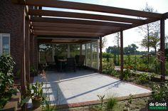 Pergola over het gehele terras. Ideaal voor creëren van schaduw of bijvoorbeeld voor een druif.