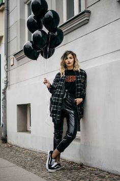 What to wear for Fashion Week | Fashion Blog from Germany / Black graphic tee+black leather pants+fishnet tights+black sneakers+grey checked coat. Winter Casual Outfit 2017