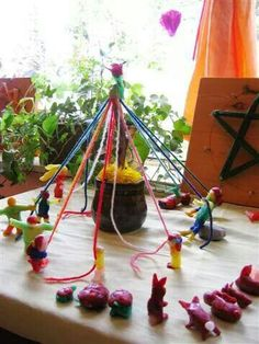 Maypole and dancers Recycled Toys, Upcycled Crafts, Waldorf Crafts, Waldorf Toys, First Grade Projects, Montessori, Kindergarten Crafts, Pentecost, Nature Table