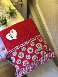 Caperucita Roja: Y con su toalla a juego ... Border Design, Ideas Para, Pot Holders, Patches, Christmas Tree, Quilts, Sewing, Holiday Decor, Home Decor