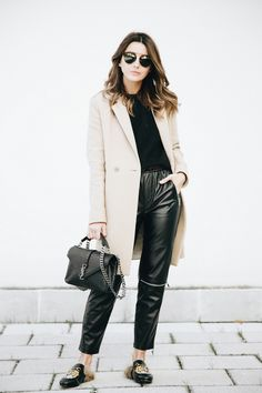1 COAT 3 OUTFITS - Lovely Pepa by Alexandra. Black sweater+black leather pants+black Gucci printed fur slip-on shoes+camel coat+black chain shoulder bag+sunglasses. Winter Casual Outfit 2017