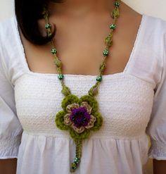 Collar largo boho chic con medallón de flor en  crochet verde por DIDIcrochet, €14.00