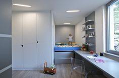Dětské pokoje nabízejí spoustu úložných prostor. Kromě skříní sahajících od podlahy až ke stropu také praktické místo pro uložení hraček pod schody. Zajímavé je i po stropě zdánlivě ledabyle rozházené osvětlení. Jde o zářivky zabudované do rámečků a umístěné tam, kde je ho nejvíc třeba.