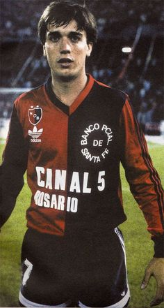 Gabriel Batistuta, Newell's Old Boys. Sports Uniforms, Football Uniforms, Football Kits, Football Soccer, World Football, Soccer World, Good Soccer Players, Football Players, Old Boys
