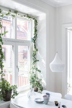 Jag är så kluven till gardiner, det kan vara helt makalöst snyggt i vissa rum och i andra känns det bara instängt. Just nu har vi inte gardiner i ett enda rum, helt enkelt för att jag vill släppa in...