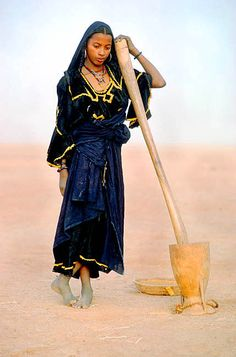 """Blue Blue God Loves You"" - Ann Elphine Johnson Femme touareg, par le photographe Monroe Yohey Tuareg People, Beauty Around The World, Tribal Women, World Photography, Le Far West, African Culture, African Women, World Cultures, People Around The World"