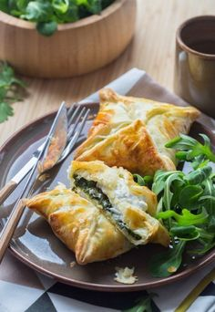 Goat and spinach puff baskets Veggie Recipes, Vegetarian Recipes, Snack Recipes, Cooking Recipes, Healthy Recipes, Vegetarian Lifestyle, Spinach Puff, Salty Foods, Food Inspiration
