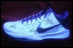 2009/2010 Los Angeles Lakers Autographed/Hand Signed Shoe Beautiful Autographed Kobe Bryant Game Model Shoe Signed by the 2009/2010 Los Angeles LakersIndividu... Signed items come fully certified with Certificate of Authenticity.