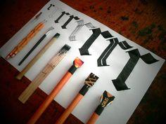 Diferentes ferramentas caligráficas feitas por Guillermo Rivera Avila.  https://www.facebook.com/photo.php?fbid=212603938940386&set=a.106985009502280.1073741828.100005723438823&type=1&theater
