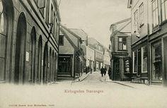 Rogaland fylke Stavanger Kirkegaden, fint nærmotiv med butikker og noen folk. Utg Arnt Michaelsen. Ubrukt 1906.