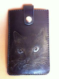 Funda de móvil. Vaquetilla negra. Grabado, repujado y pintado a mano. Retrato del gato del propietario.