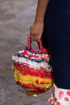 Daniela Gregis at Milan Fashion Week Spring 2017 - Details Runway Photos Diy Crochet Rug, Crochet Doilies, Crochet Patterns, Knitted Bags, Knitted Blankets, Arm Knitting, Crochet Purses, Fabric Scraps, Crochet Projects